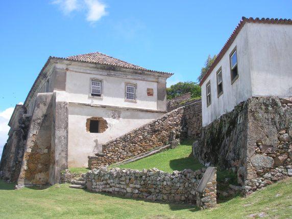 Casa do Comandante e Quartel da Tropa (ao fundo)
